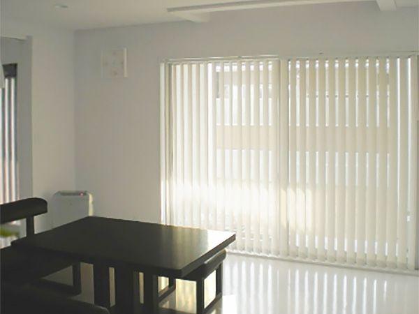ダイニングテーブルのすぐ近くには、大きな掃出し窓を設置しています。明るい食卓です。