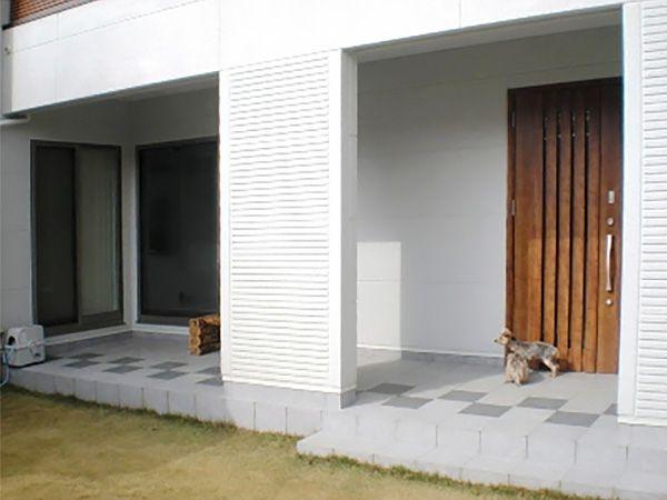 玄関の上部にあるバルコニーが庇の役割を担います。