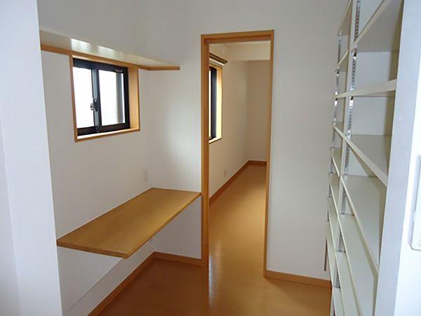 キッチン横に設けたパントリーには、奥様の作業台としてカウンターを設けました。寝室と繋げることで、移動もスムーズです。