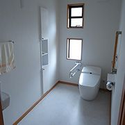 車椅子対応のトイレはゆっくり回転できる幅に。使い勝手を考え手洗い器の位置を考えました。