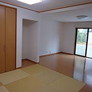 和室との仕切りをなくし広い空間にしました。奥様がご用意された黄色の琉球畳は珍しく、品がありとてもセンスを感じられます。