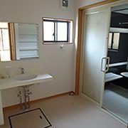 広い洗面所に設けた洗面化粧台はカウンタータイプのものにしました。