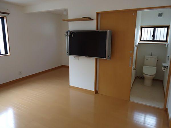タンス置き場と書斎、ご夫婦用トイレを設置した使い勝手の良い寝室です。