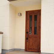 玄関に取り付けた庇は、雨水を防ぎますが採光は確保してくれます。