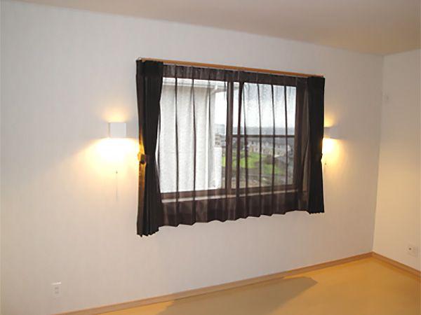 寝室は黒のカーテンでシャープな印象にしています。