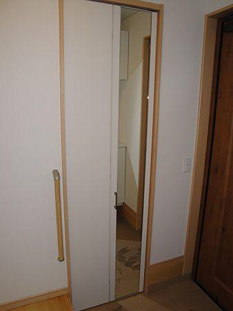 鏡の扉を開けるとシューズクロークがあります。