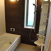 お風呂はダークな色合いで、落ち着く空間に