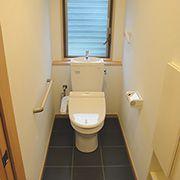 トイレはダークな色合いで、落ち着く空間に仕上げました。