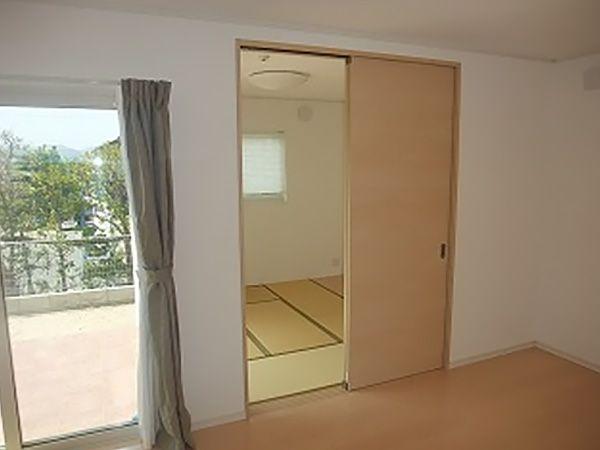 リビングと隣接している和室。リビングを広く見せたり、別空間にしたり。