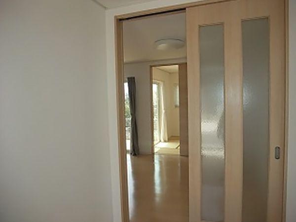 広く取った玄関ホール。左手には自由扉でラクラク移動ができ、収納もたっぷりな家族用玄関があります。