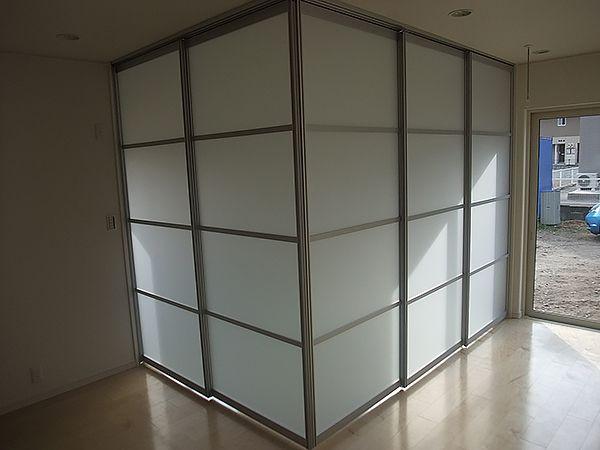 リビングの一角にある和室は、オシャレに仕切れる使い勝手の良い空間に。