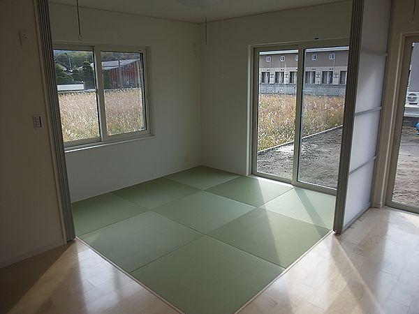 リビングの一角にある琉球畳の和室は、リビングを広く見せます。