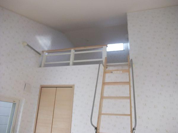 お二人のお子様それぞれの部屋に、はしごで登るロフトがあり収納にも困らない楽しい部屋になっています。