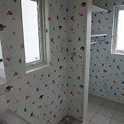 洗面所は水にちなんで海をイメージした壁紙に。