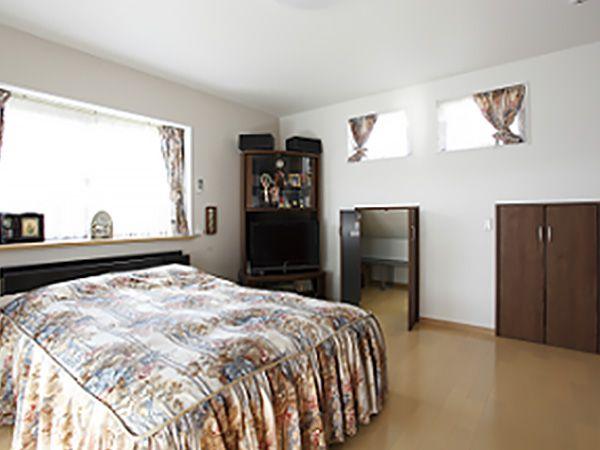 寝室には小屋浦収納を備え、室内をスッキリ演出。