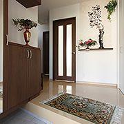 大容量の玄関収納のほかに、空間を有効活用して物入れも設置しました。