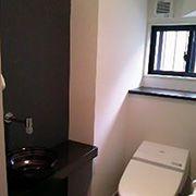 1階トイレはタンクレスウォシュレットとなっています。 手洗い器はオシャレな信楽焼きで、オシャレなお店の様です。