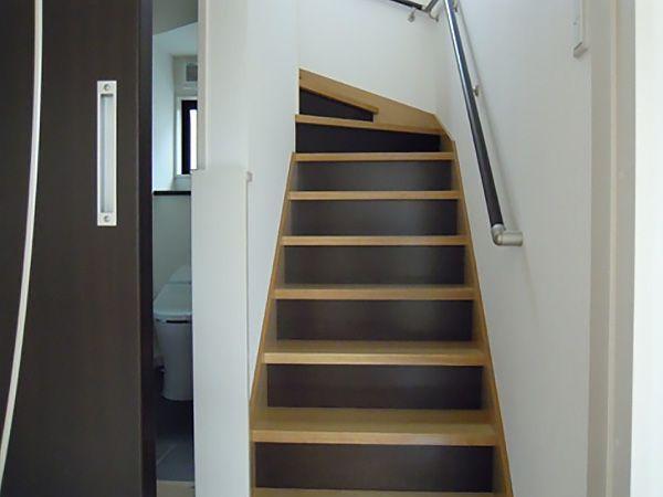 階段はツートンで踏み間違えません。