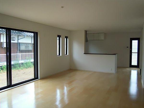 24帖の広々とした空間で窓は、2550幅の大きな窓を設置する事で、開放感のあるお部屋になりました。