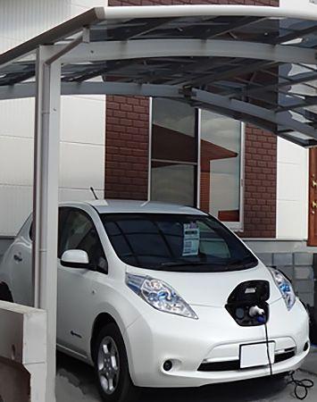 カーポートにあるEVコンセントで自宅で電気自動車の充電ができます。