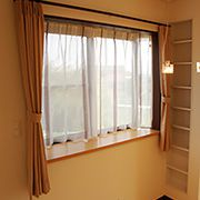 出窓のカウンターに小物や植物を飾れば、お気に入りのスペースとなります。大きめの収納棚も造りました。