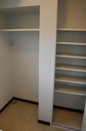 大きな収納棚には、日用品などたっぷりしまえてお片付けも簡単です。