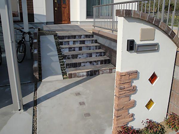 玄関前の階段にはスロープを設置し、ベビーカーもラクラク上れます。