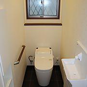 見た目もすっきりタンクレストイレと、手洗い器は自動水栓となっております。