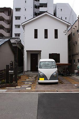 お住まいの前面には駐車スペースがあります