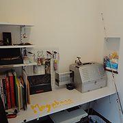 クロークはご主人の趣味スペース。釣竿スペースや奥には専用の机があります。