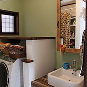 こだわりの洗面台や収納鏡を使用しています。