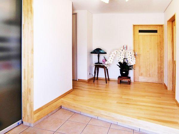 シューズクロークを備えた広々玄関。無垢素材の温かみが訪れる人を優しく迎えます。