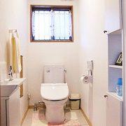 トイレには手洗い器を設け、便器周りをスッキリ。壁に埋め込んだユニット棚で収納力もアップ。