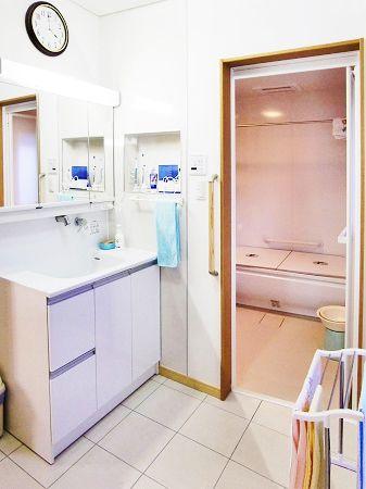 洗面化粧台の横壁に小物収納スペースを設置、パウダールームの機能を高めるアイテムです。