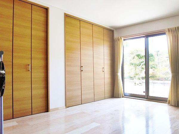 ゲストルームにもたっぷりの収納スペースを設け、様々な来客への対応を可能にしました。