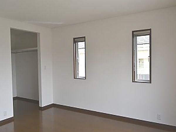 プライベート空間という事であえて扉は設けず、使い勝手を優先。廊下が暗くならないよう、天井近くに光を届ける小窓を設け、全体的に明るい家になりました。