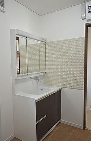 洗面台の横には健康内装材のエコカラットを施工し、水はねなども気にせずお手入れラクラクの洗面台に!