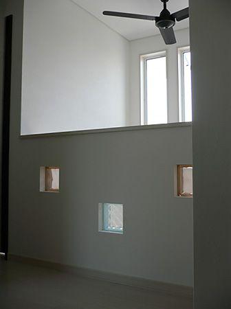 2階ホールの腰壁には、ガラスブロックを埋め込み、かわいらしいアクセントとなりました。