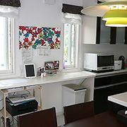白を基調とした壁と床。キッチンはダーク色を採用して、シンプルモダン調のメリハリの効いた内観