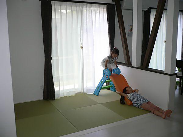 ごろごろ昼寝をしたり、みんなで遊んだり。化粧筋交いで、耐力壁なのに開放感が生まれます。