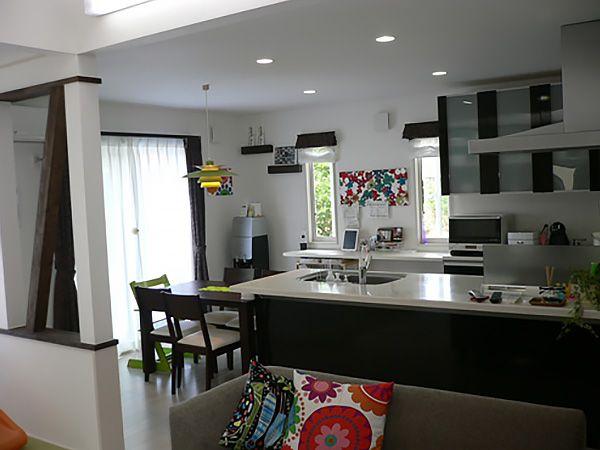 取付けたカウンターは、家事をしたり、パソコンでレシピをチェックをしたりするスペースです。