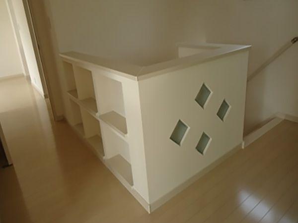 階段腰壁部分です。こちらもガラスブロックをひし形に配置しオシャレに。ニッチも設けてディスプレイ棚にしました。