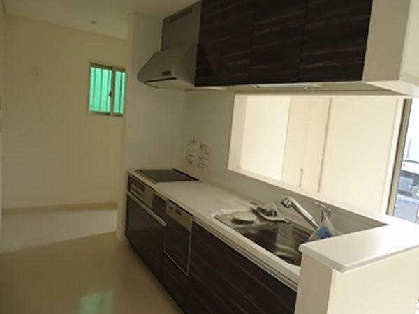 キッチンは落ち着いたカラーのゼブラ柄をセレクトし、反対にはカウンターを設けました。