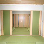 """天井も洋風天井にしており、地袋式の間接照明を施工して、来客された方に""""見て頂く""""という思いを表現してあります。"""