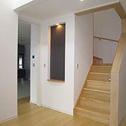 無垢の床材を使用して、和風さを表現してあります。モダンさの中に温かみも加えてのプランニングです。