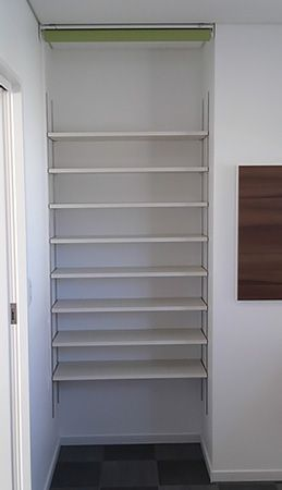 たっぷりもうけた棚のおかげで、小物とタオル等分けて収納できます。