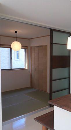 和室がLDKと隣接しているので、モダンな建具を採用し、洋風な和室に仕上げました。