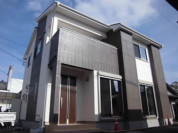 重厚感のある外観にするため、アクセントに濃いめの色を採用。太陽光パネル搭載のため、屋根は片流れのカタチに。