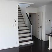 2階へ上がる階段は、リビング階段にして、子供が外から帰ってきてもすぐに確認ができます。上り口付近は、圧迫感をなくすために採光タイプのパネルを採用。