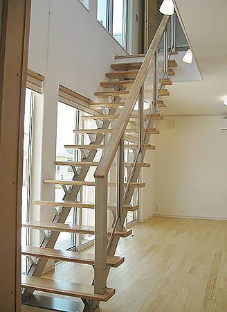 玄関からLDKへ入ると、ご主人の夢だったオープン階段が出迎えてくれます。